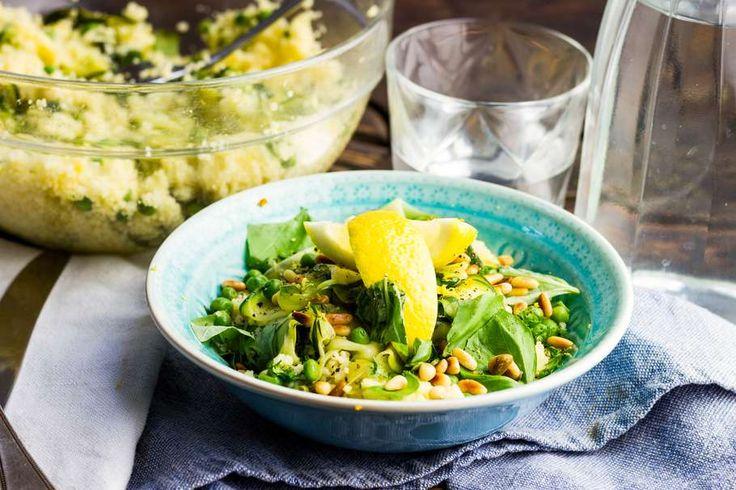 Recept voor citrus couscous voor 4 personen. Met zout, olijfolie, peper, doperwt, courgette, sinaasappel, citroen, couscous, pijnboompitten, ui en knoflook