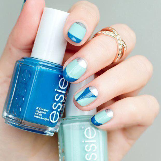Uñas decoradas con esmalte color azul