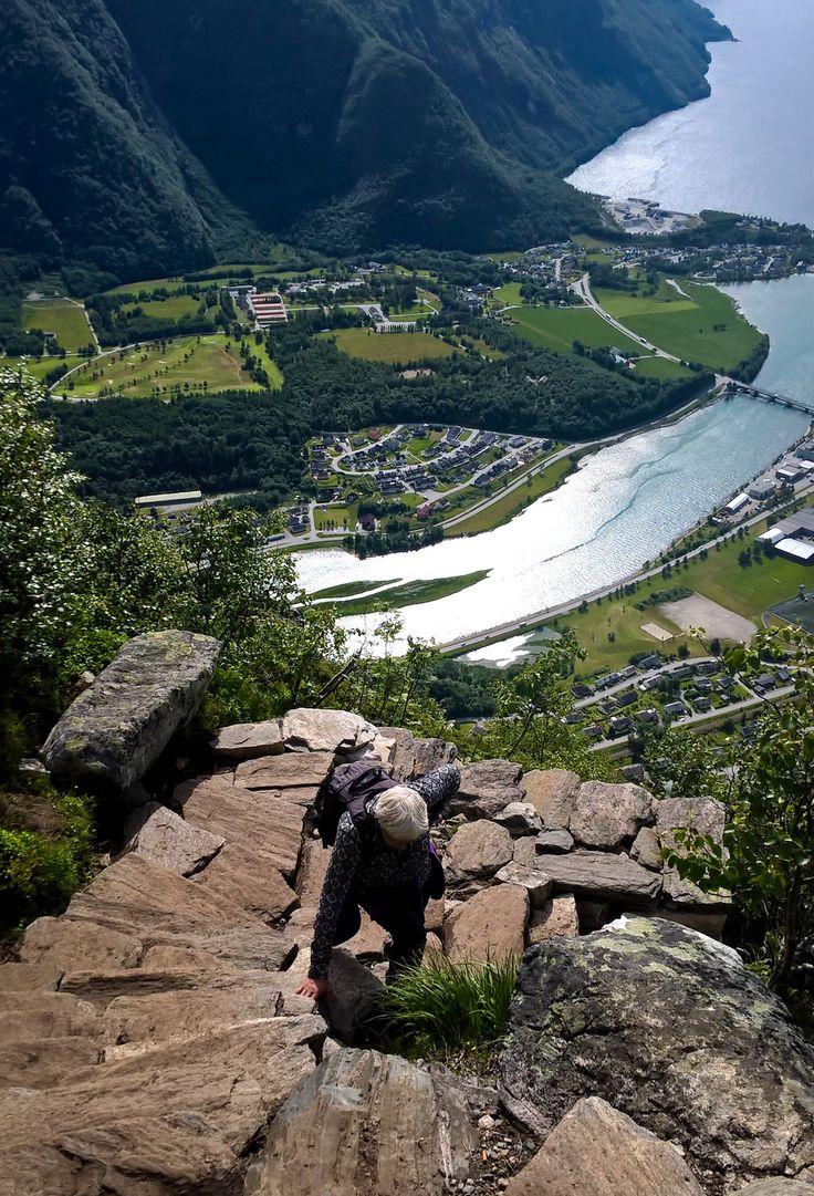 På vei ned fra Romsdalseggen til Åndalsnes🇳🇴,  Fin tur sommeren 2016