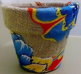 Este vaso cerâmico foi revestido com a combinação de 2 tecidos, juta e chita .   No início pensei em usar somente tecido de chi...