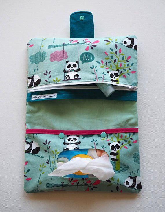 Cette pochette en coton vous permettra davoir tout ce quil vous faut sous la most important pour changer bébé ! En effet, il y a une poche pour les petits paquets de lingettes, une autre pour les couches et au-dessus de celle-ci, une poche zippée pour y ranger les crèmes et autres choses indispensables. Lextérieur de la pochette est en coton imprimé de pandas, ainsi que la poche zippée. et la pochette pour les lingettes. Cette dernière se ferme avec deux pressions verte afin de bien maintenir le paque