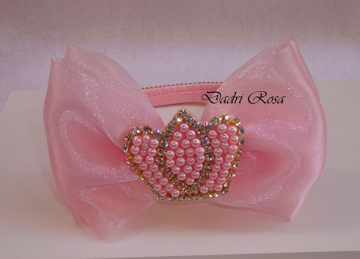 Arco encapado com cetim rosa revestido de manta de strass, coroa de perolas c/ strass, laço de organza rosa