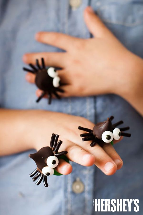 What's not to love about these Spooky Spider Ring Pops! Get in the holiday spirit with these easy, fun and delicious Spooky Spider Pops made by Handmade Charlotte!