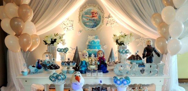 """$data.photos[$data.initial-position].title - Bela, Branca de Neve, Elsa e Ariel são algumas das princesas mais cobiçadas pelas crianças. As decorações de aniversário inspiradas nas personagens da Disney trazem detalhes das animações nos docinhos, guloseimas e no bolo. Nesta foto, festa com tema """"Frozen"""", das princesas e irmãs Elsa e Anna. Concebida pela Mania de Fita (www.maniadefita.com.br), a comemoração contou com um letreiro iluminado e detalhes brilhantes para imitar gelo"""