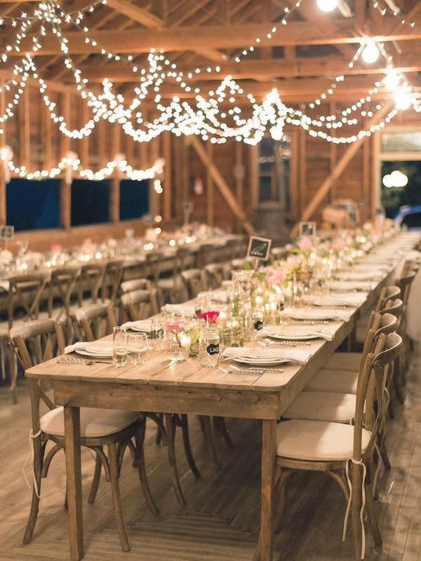 Love these farmtables with the simple tablesetting and the lights! Perfect for a farmtheme or rustic wedding
