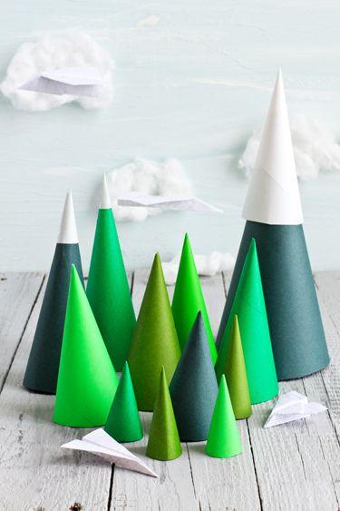 In een creatieve bui? Maak je eigen mini kerstbomen van karton! #kerst #decoratie #interieur