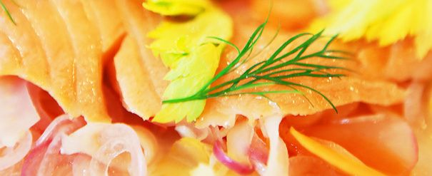 Syltet laks med grønnsaker, pepperrotkrem og flatbrød
