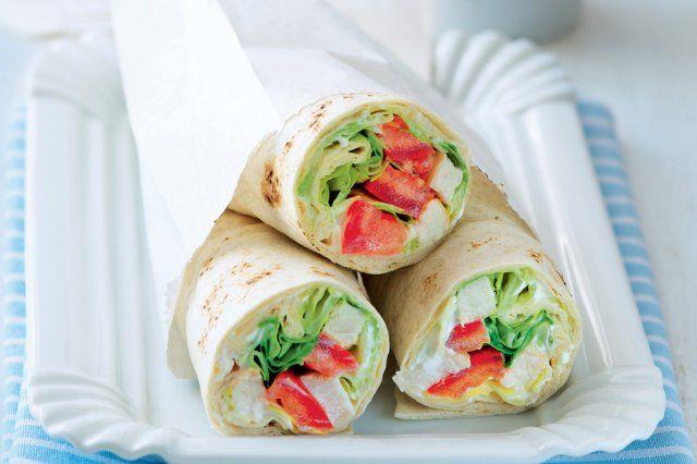 Svačinový wrap   1 rajče 1 opečené kuřecí prso ze včerejší večeře 1/4 hlávky ledového salátu nastrouhaná kůra a vymačkaná šťáva z 1/4 citronu nebo limety 2 lžíce zakysané smetany špetka soli 2 velké tortillové placky (o průměru cca 28 cm) Rajče pokrájejte na osminky, maso na nudličky, salát na ještě tenčí nudličky. Zakysanou smetanu smíchejte s trochou citrusové kůry, solí a pár kapkami citrusové šťávy, aby dostala větší říz. 2 Každou tortillovou placku uprostřed potřete polovinou ochucené…