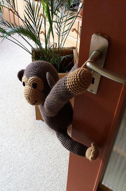 Jeg så første gang denne søde abe på Facebook og da mine børnebørn nu har brug for hjælp med en dør ind til legeværelset, ja så skulle den på krogen (er på krogen i skrivende stund). Aben hjælper m...