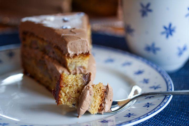 Snart helg igjen - helt utrolig så fort tiden går når man har det både travelt og gøy...! I dag kan jeg by på en banankake som garantert vil få deg i godt humør! Banankaken er enkel å lage, og får ekstra myk konsistens fordi den inneholder rømme i deigen. Den luftige kremen som jeg har fylt kaken med inneholder sjokoladepålegget Nutella og har nydelig smak av sjokolade, hasselnøtter og kaffe. Jeg liker ekstra god kaffesmak på kaken, så jeg dynker kakebunnene med varm kaffe før jeg fyller…