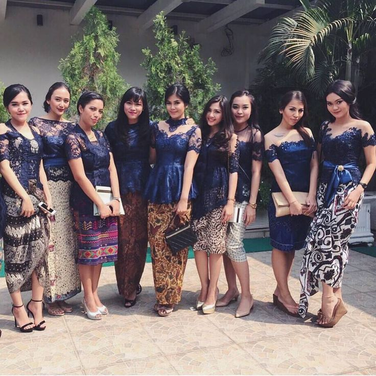 Bridesmaids option 3: in deep blue kebaya. Particularly in love with the choice of color that transcends elegance.