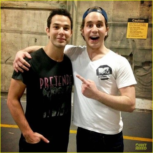 Skylar Astin and Ben Platt.. dawww!! How adorbs!!