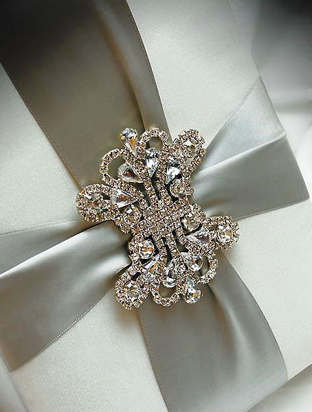 Gift wrapping with a broochn