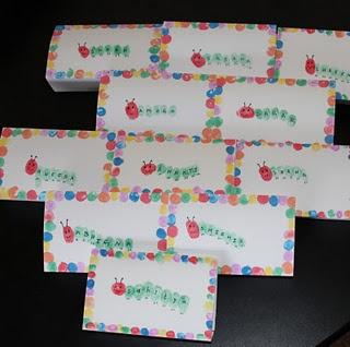 Raupe Nimmersatt-Einladungskarte aus Fingerabdrücken