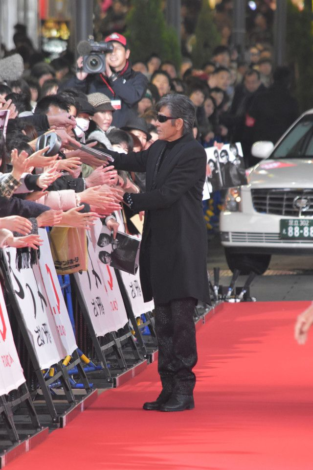 レッドカーペットを歩く柴田恭兵。