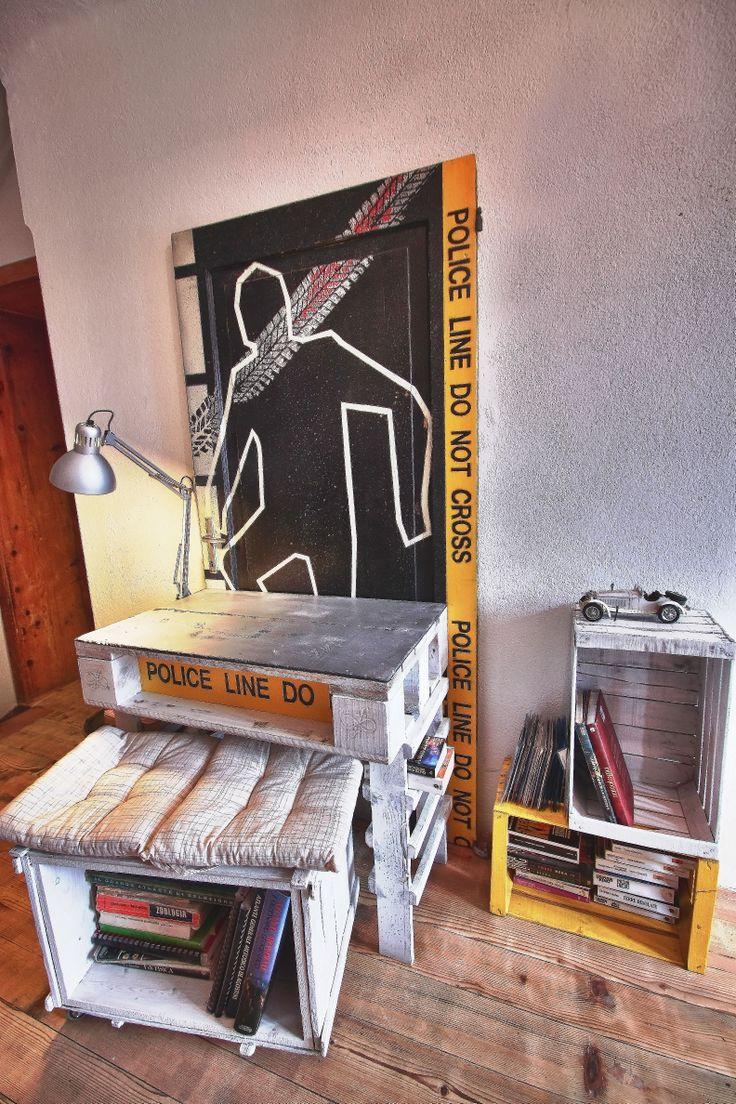 Una vecchia porta, alcuni bancali, una cassa in legno da spedizioni di un bel po' di anni fa e un paio di cassette della frutta...e ci aggiungo pure una lampada da scrivania ikea. In pratica una scrivania.  Grafica pensata e disegnata da me Acrilico su legno e vernice ad acqua