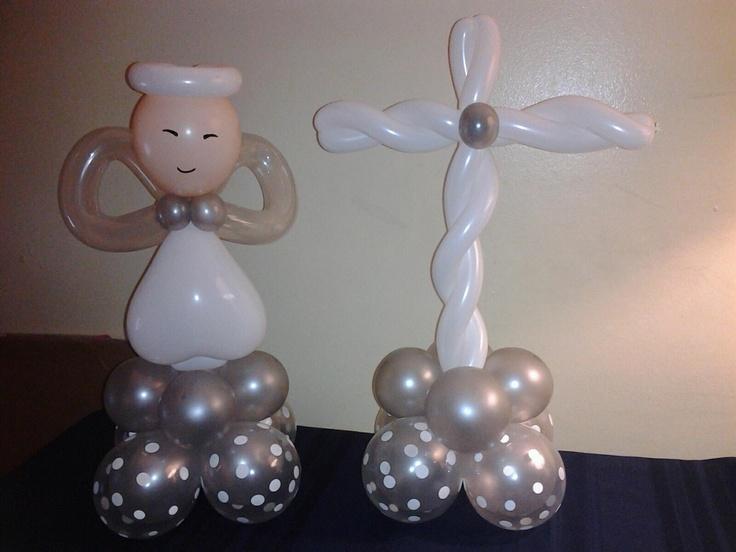 Decoracion con globos para bautizos o primeras comuniones con esculturas de cruces. #DecoracionPrimeraComunion