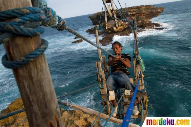Nelayan menyeberangi laut untuk menangkap lobster di tengah ganasnya ombak Pantai Selatan Yogyakarta.