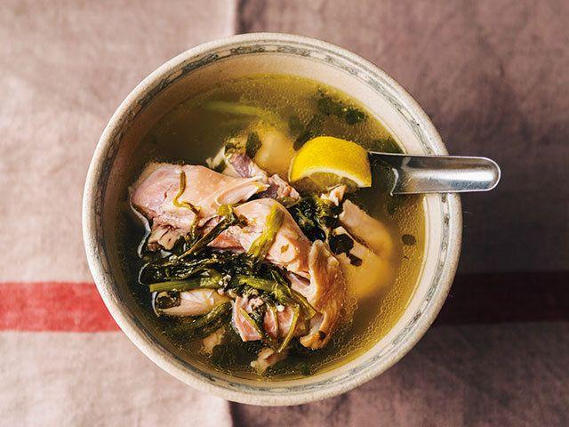 一度にたくさん作って、毎晩の味の変化を楽しんでみたい「鶏肉とクレソンのスープ」と、つまみにもご飯にも合う「焼きなすのベトナムサラダ」。夜ふかしにぴったりの2品のレシピをご紹介!