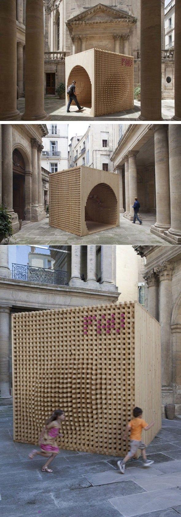 Depuis 2006, le Festival des Architectures Vives à Montpellier, c'est annuellement : 12 cours d'hôtels particuliers, 12 créations éphémères, 12 lieux de rencontres et d'échanges, 8 000 visiteurs. Le Pavillon d'accueil est le point de départ du Festival des Architectures Vives. Il a pour vocation d'informer et de renseigner les visiteurs afin de les guider dans leur parcours. Cette année le pavillon a été réalisé par L'ateliervecteur