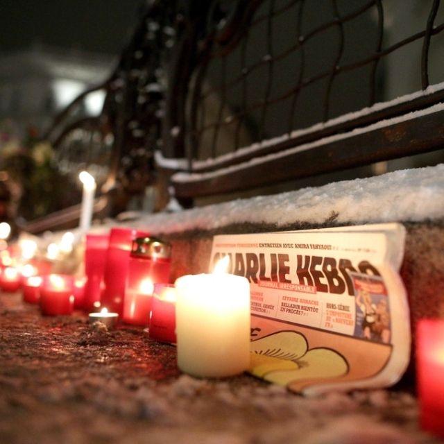 Una copia di #CharlieHebdo in mezzo a tante candeline a #Vienna