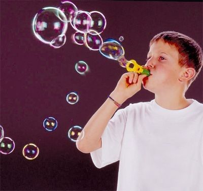 Un sifflet sirène qui n'a pas que la fonction d'émettre un son ! Et oui, celui-là il permet aussi de faire des bulles pour s'amuser encore plus. Très facile à utiliser, il s'emporte partout et tout le temps. Les enfants adorent ! Dim. 9 cm. Dès 3 ans.