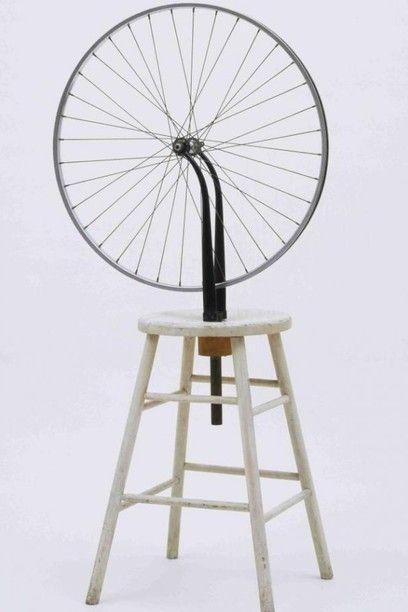 Marcel Duchamp, 'Rueda de bicicleta', 1913. Rueda de bicicleta y taburete, altura: 125 cm. Museum of Modern Art, Nueva York.