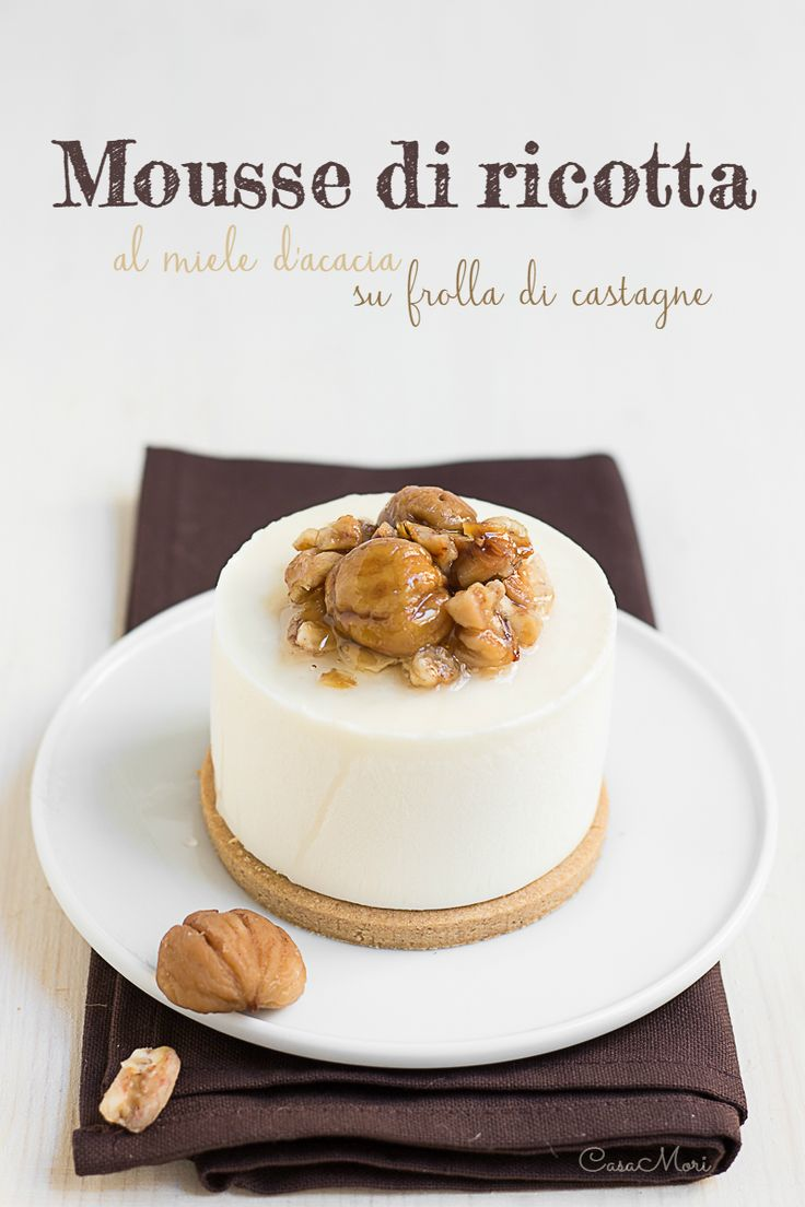 La mousse di ricotta al miele d'acacia su frolla di castagne è un dolce al cucchiaio delicato ed aromatico realizzato con prodotti tipici della Lunigiana
