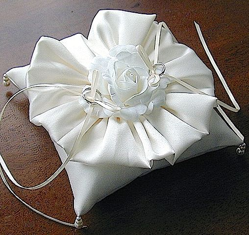 ateliersarah's ring pillow kit 2006/circular satin ruffle and roses