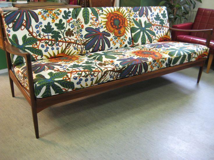 Ib Kofod Larsenin sohva verhoiltuna Svenskt Tennin Aralia-kankaalla. <3