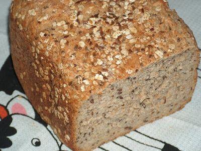 Receita PÃO DE AVEIA E LINHAÇA - 350ml de água morna 1 e 1/2 colher (chá) de fermento biológico seco 2 colheres (sopa) de açúcar 150g de flocos de aveia reduzidos a farinha / farinha de aveia 100g de sementes de linhaça escuras/claras trituradas 350g de farinha de trigo T65 1 colher (sopa) de azeite 1/2 colher (chá) de sal flocos de aveia ou de trigo e sementes de linhaça para enfeitar azeite para pincelar