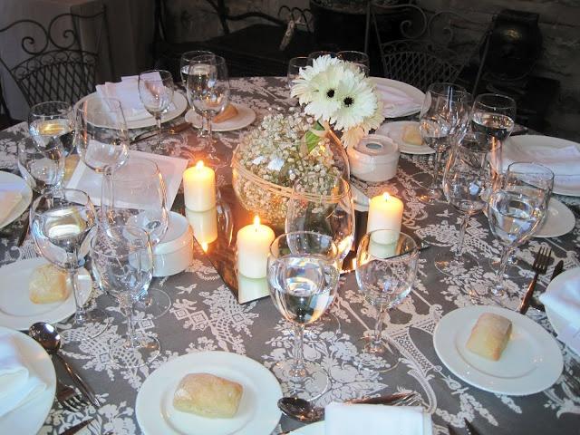 Los manteles de la mitad de las mesas eran adamascados con - Centros de mesa con peceras ...