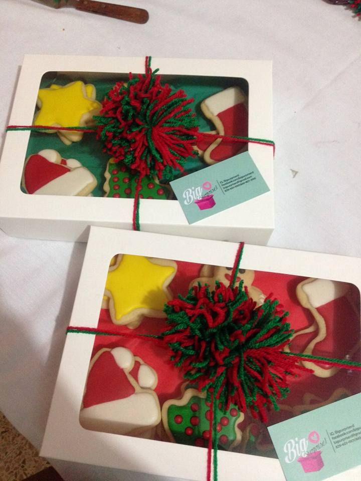 Cajas de galletas navideñas para regalo con pompones de hilo de lana. Disponible 1/2 docena y 1 docena. Diferentes diseños a elegir.