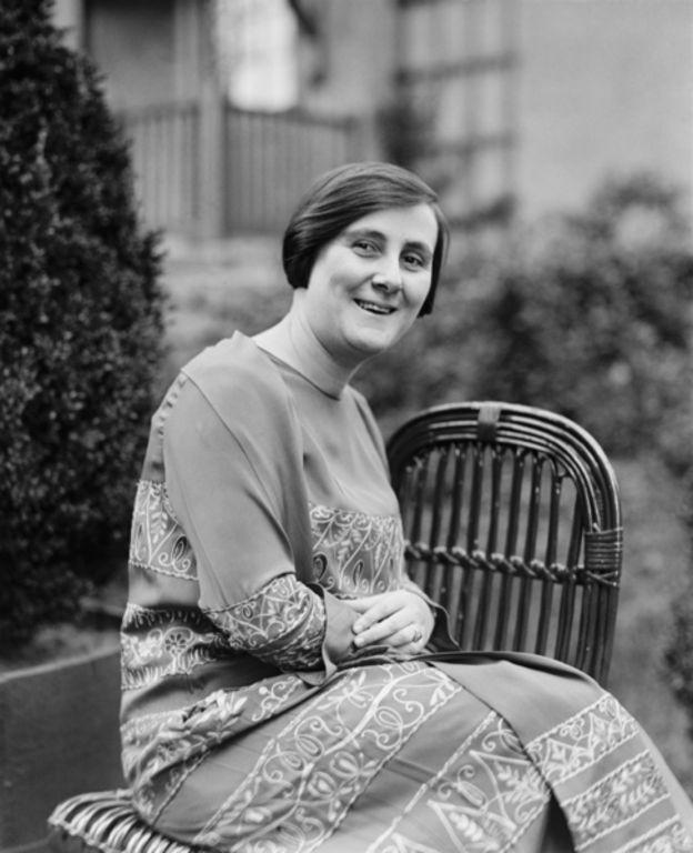 BERTHA LUTZ   A bióloga e feminista Bertha Maria Júlia Lutz foi a responsável pela conquista da instituição do voto feminino no Brasil. Nascida em 1894, em São Paulo, em uma família abastada, Bertha estudou Biologia na prestigiada Universidade Sorbonne, na França. Na Europa, conheceu o movimento sufragista das mulheres inglesas. Em 1918, retornou ao Brasil e se tornou a segunda mulher a ingressar em concurso público no país, assumindo o cargo de bióloga no Museu Nacional.