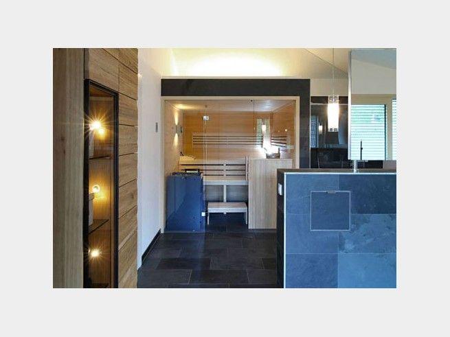Leuchtspots Im Badezimmer Erzeugen Ein Angenehmeres Flair Als Eine Einzige  Deckenleuchte. Glastüren Und Großflächige Fliesen