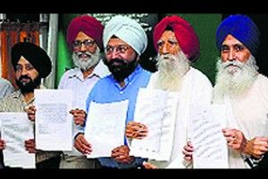 Sikh bodies, scholars want Akal Takht withdraw Panth Rattan Title from Parkash Singh Badal for his anti-Panthic activities - http://www.sikhsiyasat.net/2014/05/05/sikh-bodies-scholars-want-akal-takht-withdraw-panth-rattan-title-from-parkash-singh-badal-for-his-anti-panthic-activities/