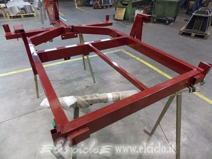 Triciclo elettrico colore rosso Bordeaux (larghezza 128cm) che verrà ultimato nella versione per l'attività di spazzamento nelle città, con il tettuccio per il guidatore.