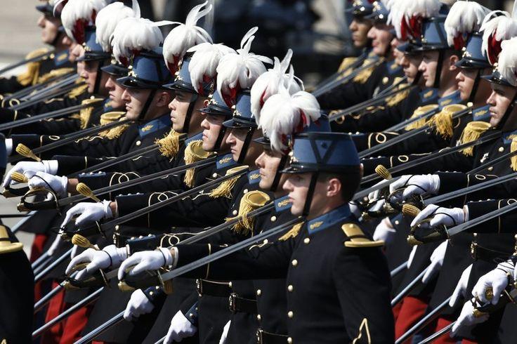 Les étudiants de l'école militaire de Saint-Cyr défilent le 14 juillet 2013 sur les Champs-Élysées (photo d'illustration).