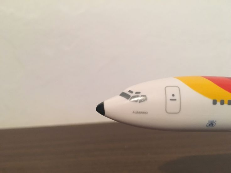 Iberia Airline Spain Rectro Livery Boeing 727-200 Albarino,Lineas Aereas De Espana,Model aeroplane plastic from the model company Flight miniatures,1,200 scale,Reg no Ec-dcc,Plane measurements length 21cm,Width wing tip to wing tip 17 1/2 cm