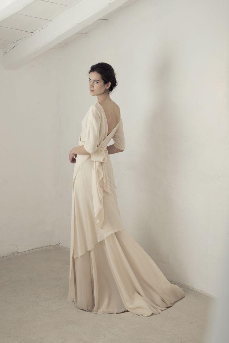 Vestido de georgette de seda con manga 3/4 japonesa, el vestido se cruza en la parte delantera y se ata en la cintura. El vestido Yutiene una sobrefalda del mismo tejido y godets de organdí.