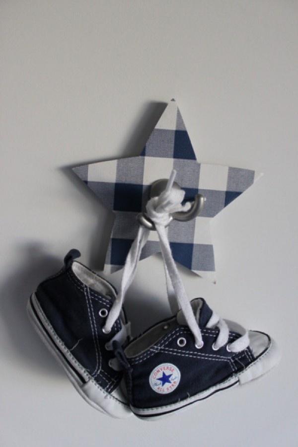 Leuk idee voor de babykamer: een mooi plekje aan de muur voor de eerste schoentjes | welke.nl