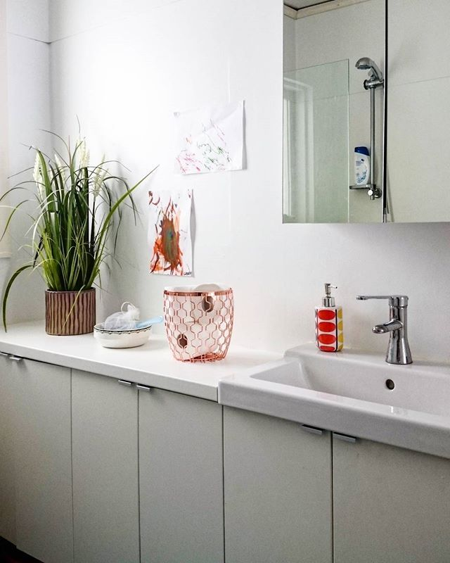 Här i vårt underbara badrum, har vi valt att ha FULLEN/TÄLLEVIKEN. Vi ville ha mycket förvaring och en fin bänk att ställa saker på, så valet var lätt. Som bänkskiva valde vi LILLTRÄSK. Vi är helnöjda. #minIKEAstil #elledecorationse