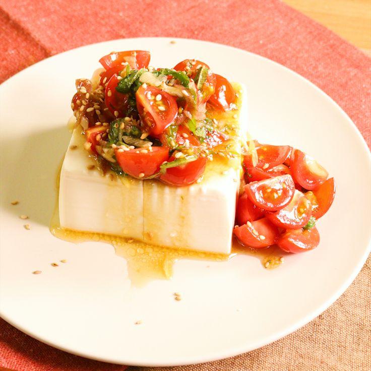 「ひと手間で豪華に!トマトとみょうがの冷奴」の作り方を簡単で分かりやすい料理動画で紹介しています。いつもの冷奴を少し豪華にしてみてはいかがでしょうか。さっぱりとした美味しさの中に、トマトと薬味のうまみが広がります。華やかな見た目なので、おもてなしにも作って頂きたい一品です。ごま油をラー油にするとピリッとしておつまみにもぴったりです。