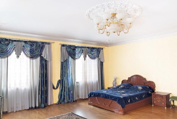 Auriul plasat ca un accent de culoare devine un element de legătură între mobilierul bine ales, cromatica pereților și elementele de decor. Împreună, transformă interiorul decorat într-o adevărată bijuterie.