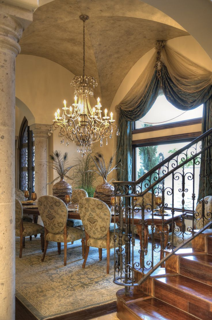 gorgeous dining room....