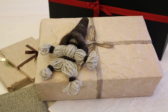 Kraft paper and a traditional wool elf. The elf's hat was made by 3 years old Lilja. Voimapaperia ja villalankatonttu. Tontun myssyn huovutti 3-vuotias Lilja. www.pisadesign.fi.