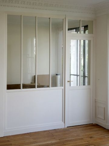 En lieu et place d'une cloison classique, les designers de la Manufacture nouvelle ont installé une verrière intérieure en bois, équipée d'une porte. La petite cuisine de cet appartement ... #maisonAPart