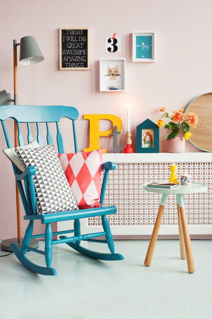 Zachte pastelkleuren in combinatie met felle kleuren. Wat een zomers interieur! #livingroom #color