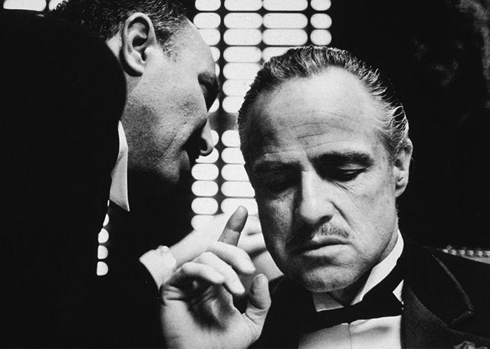 As relações familiares dentro de organizações criminosas e o comportamento de líderes e mafiosos cruéis é tema recorrente em hollywood  continue lendo em 5 filmes de máfia para você que é fã de O Poderoso Chefão