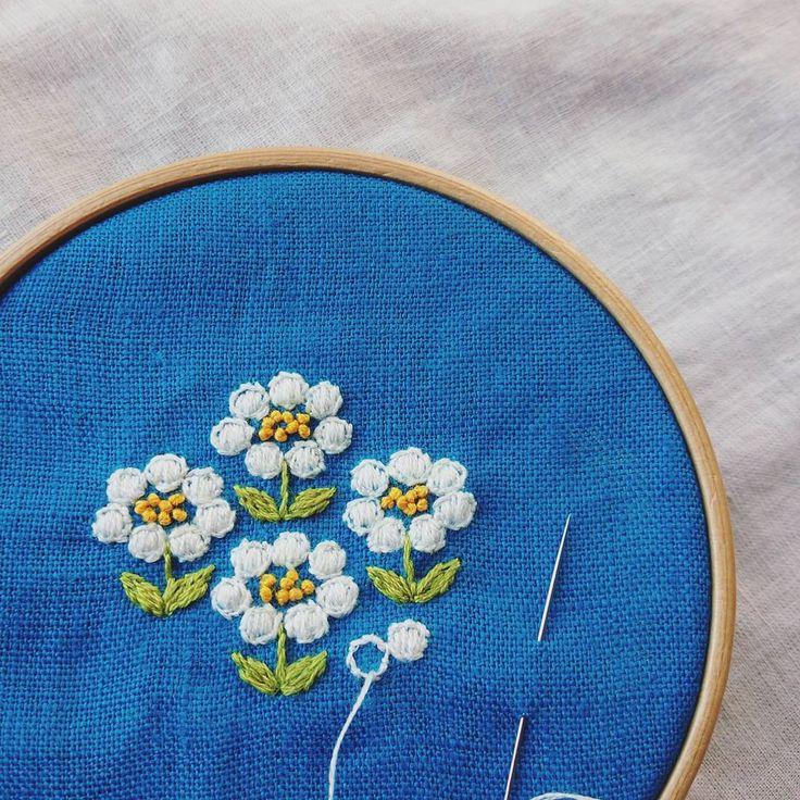 素朴な手刺繍です お手にとって下さった方の心が、ぽっとあたたかくなればいいな。 #刺繍#ブローチ#brooch #手しごと#ハンドメイド#handmade#花#お花#日々#kumako365